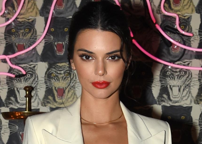 Η Kendall Jenner ξαναφόρεσε το signature κόκκινο κραγιόν της! Ποιο είναι!
