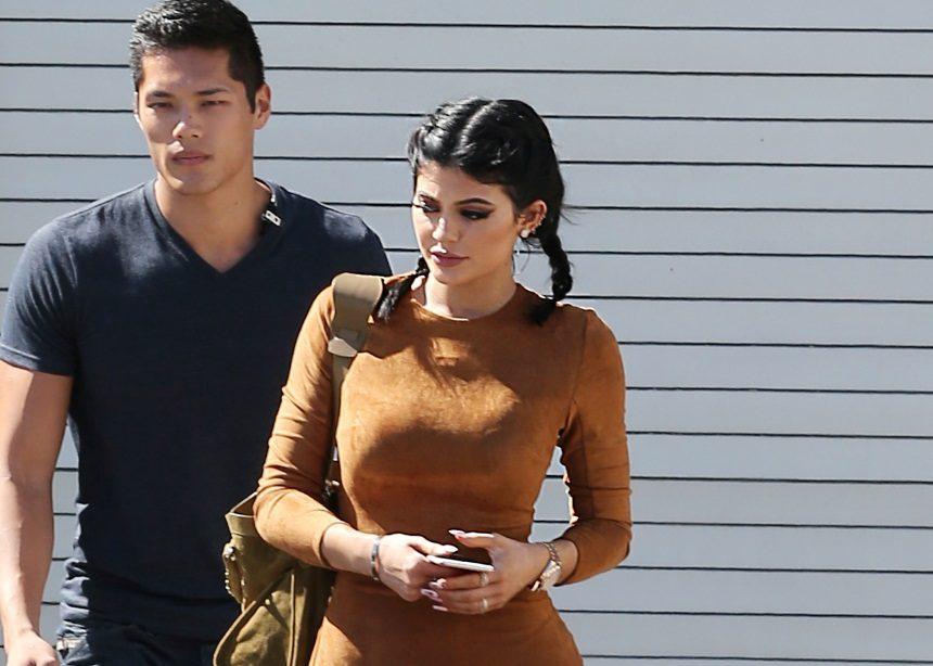 Kylie Jenner: Απαντά στα δημοσιεύματα που θέλουν τον σέξι σωματοφύλακά της να είναι ο πατέρας της κόρης της! | tlife.gr