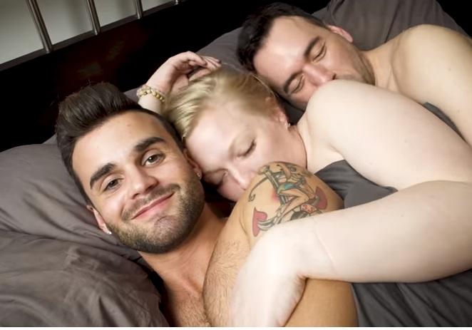 Μοιράζομαι τον σύντροφό μου με τον… άνδρα του! Το τρίο συζεί 3 χρόνια και περνά τέλεια! Video | tlife.gr