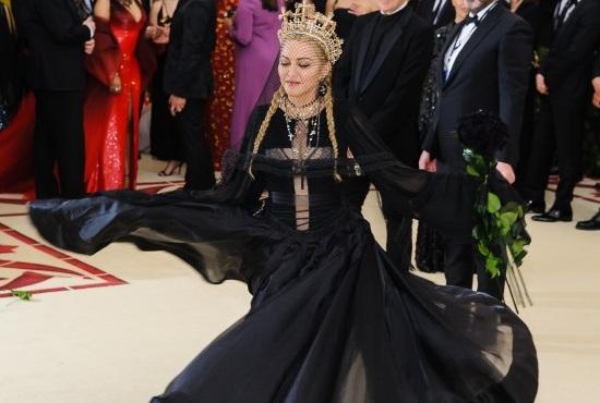 Η Μadonna… σηκώνει το Versace φόρεμά της και αποκαλύπτει τα οπίσθιά της! Βίντεο | tlife.gr
