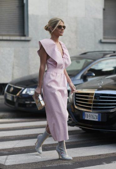 Παρίσι με ροζ φόρεμα
