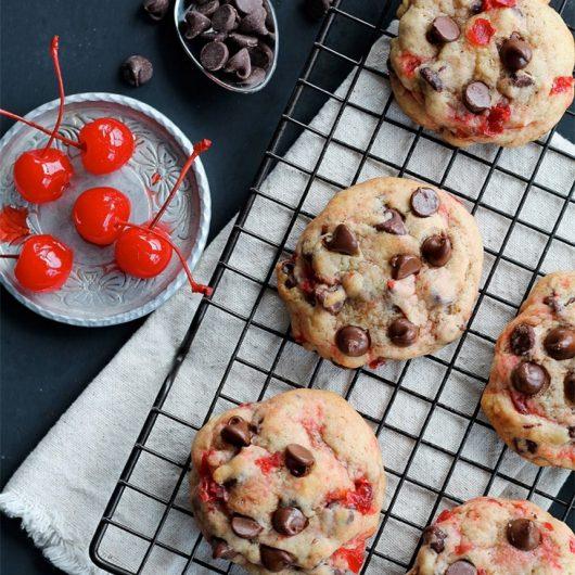 Μπισκότα με σοκολάτα και αποξηραμένα κεράσια | tlife.gr
