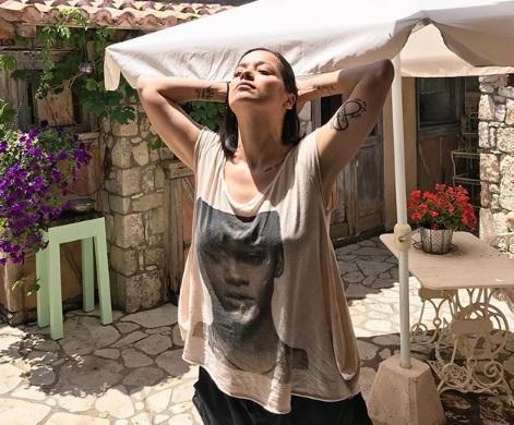 Κατερίνα Τσάβαλου: Θηλάζει την κόρη της σε παραλία της Λευκάδας! [pic] | tlife.gr