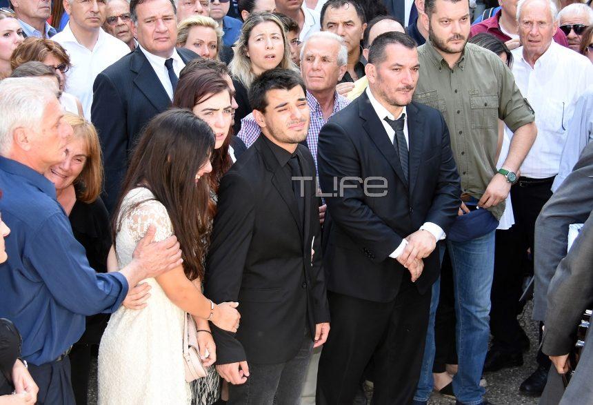 «Λύγισε» ο Πύρρος Δήμας στην κηδεία της συζύγου  του – Συντετριμμένος στάθηκε πλάι στα παιδιά του   tlife.gr