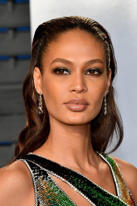 756d8043ada0 ... να έχει δανειστεί λεπτομέρειες του ρούχου της και για το ίδιο το  μακιγιάζ της. Το τέλειο matchy- matchy συνδυάζει την ιριδίζουσα πράσινη  σκιά με χρυσό.