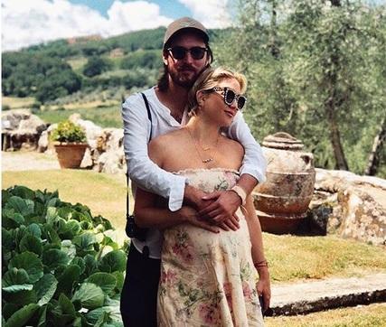 Kate Hudson: Eκθείασε την παραλία «Λαλάρια», μας έδειξε την φουσκωμένη κοιλιά της κι έφυγε για Τοσκάνη! | tlife.gr