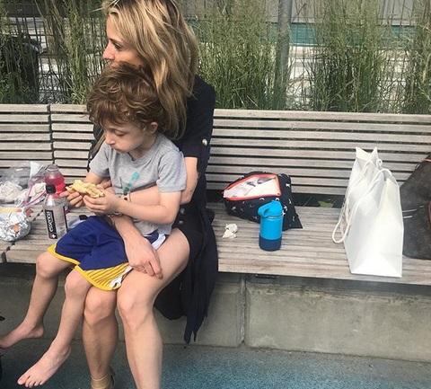 Σοφία Καρβέλα: Υποδέχτηκε στη Νέα Υόρκη και πάλι τη μητέρα της, Άννα Βίσση!   tlife.gr