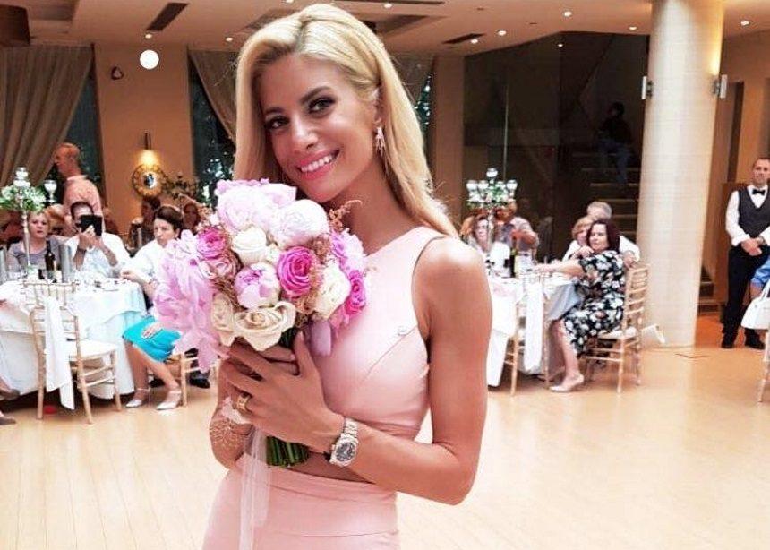Ευαγγελία Αραβανή: Το εντυπωσιακό φόρεμα και η πόζα με τη νυφική ανθοδέσμη [pics]   tlife.gr