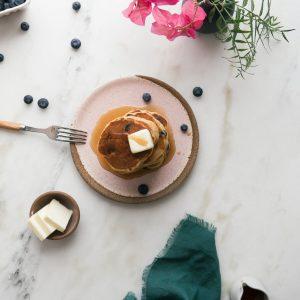 Pancakes με βατόμουρα και σιρόπι σφενδάμου