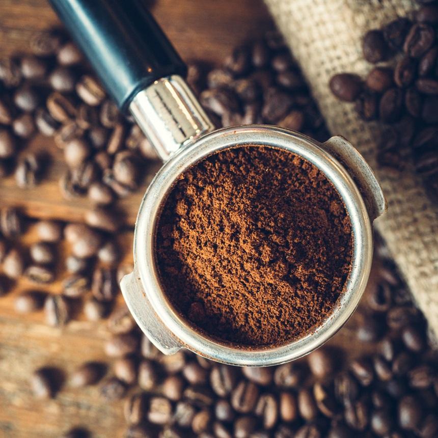 """Οι μαγικές """"αποσμητικές"""" ικανότητες του καφέ και πώς να τις χρησιμοποιήσεις"""