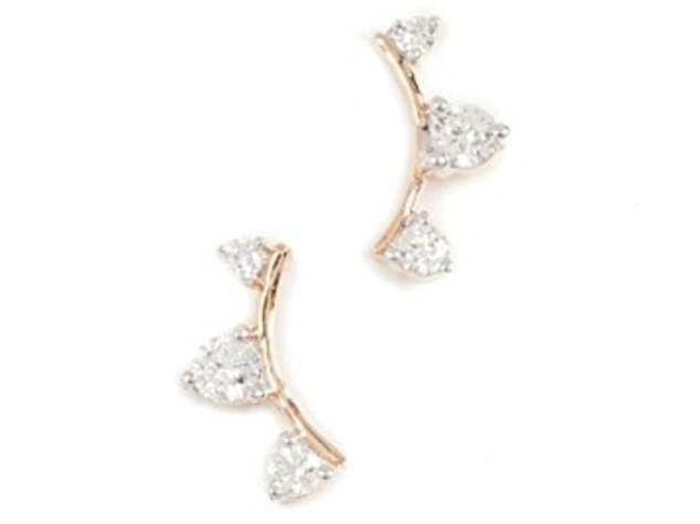 Στο γάμο της εκτός από τα στρογγυλά διαμαντένια σκουλαρίκια διακρίνεται το  cartier βραχιόλι και το δαχτυλίδι των αρραβώνων τους! ddd6732afda
