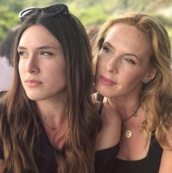 Εβελίνα Παπούλια: Στη Σκόπελο για γυρίσματα, παρέα με την όμορφη κόρη της! [pics] | tlife.gr