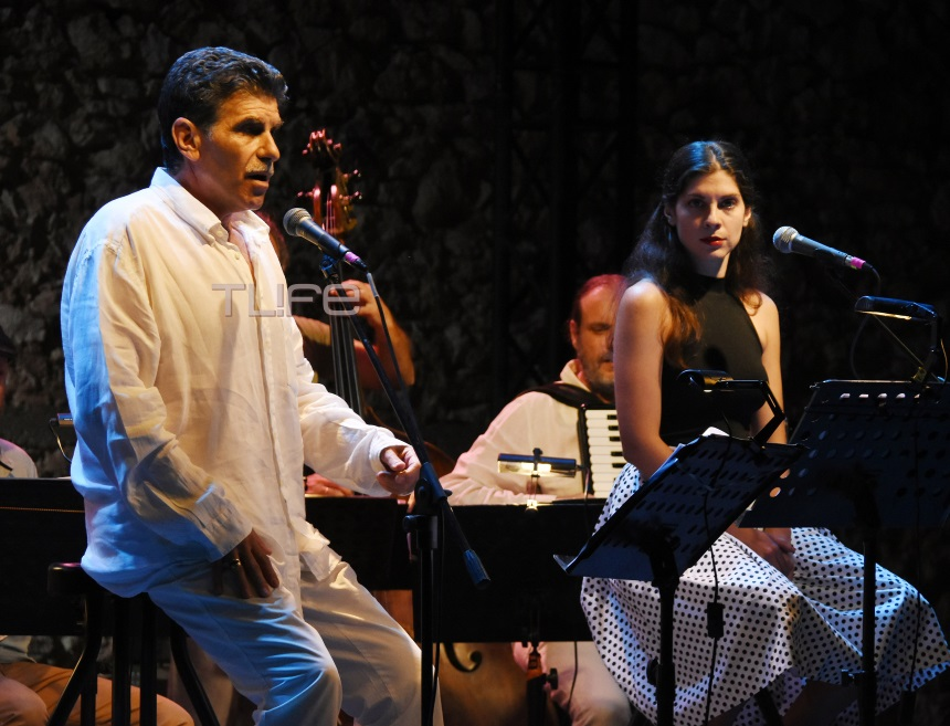 Γιάννης Μπέζος: Τραγουδά με την κόρη του Ηρώ Μπέζου και τους απολαμβάνει η Ναταλία Τσαλίκη! [pics]