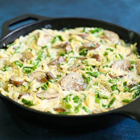 Κριθαρότο με μανιτάρια και σπανάκι σε κρέμα παρμεζάνας   tlife.gr