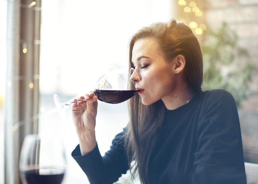 """""""Θέλω να αδυνατίσω αλλά δεν μπορώ να κόψω το βραδινό και το κρασάκι μου. Τι να κάνω;""""   tlife.gr"""