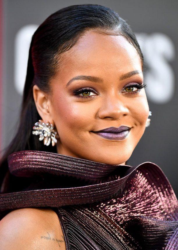 83a21b825a4a Το τέλειο monochromatic look από την Rihanna που επέλεξε το βαθύ μοβ για  όλο το μακιγιάζ της. Bonus  το μεταλλικό κραγιόν στα χείλη της.