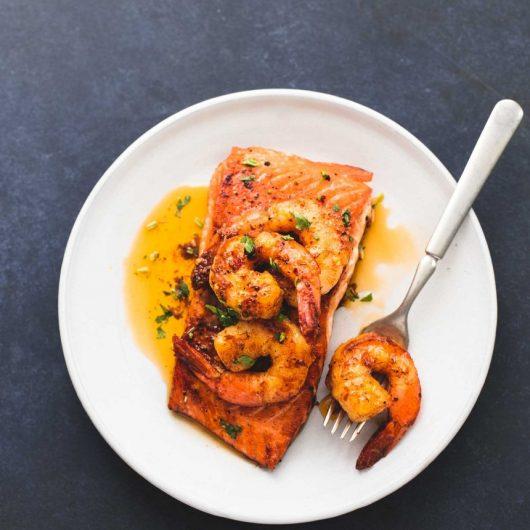 Ψητός σολομός με γαρίδες σοτέ σε μείγμα μπαχαρικών | tlife.gr