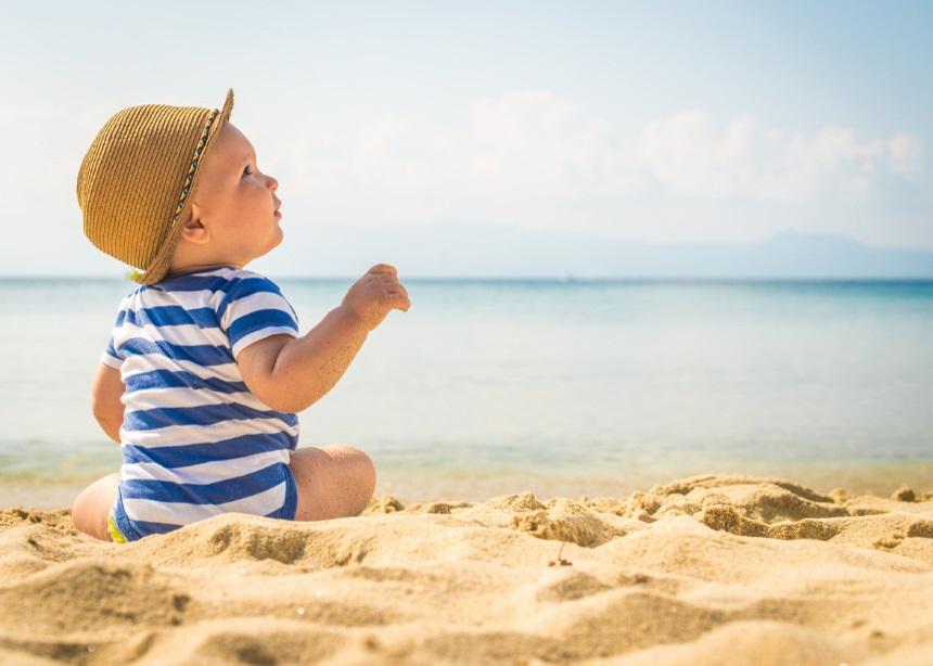 Τα πρώτα του μπάνια: Τα 10 απαραίτητα αξεσουάρ που θα πρέπει να έχεις στην παραλία | tlife.gr
