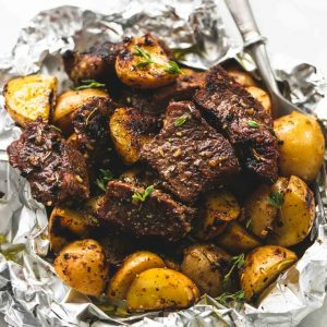 Μοσχαράκι με πατάτες κυδωνάτες στο αλουμινόχαρτο