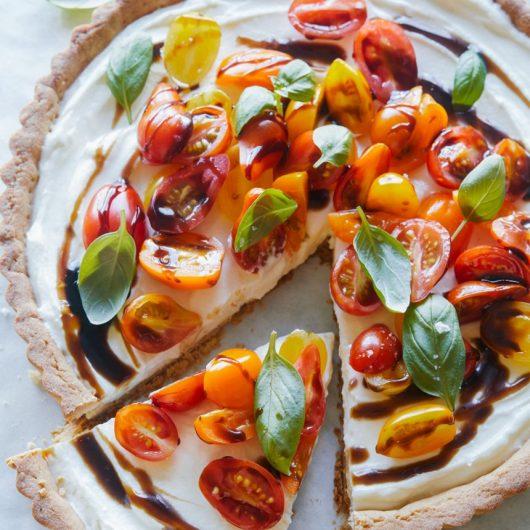 Καλοκαιρινή τάρτα με κατσικίσιο τυρί και ντοματίνια | tlife.gr