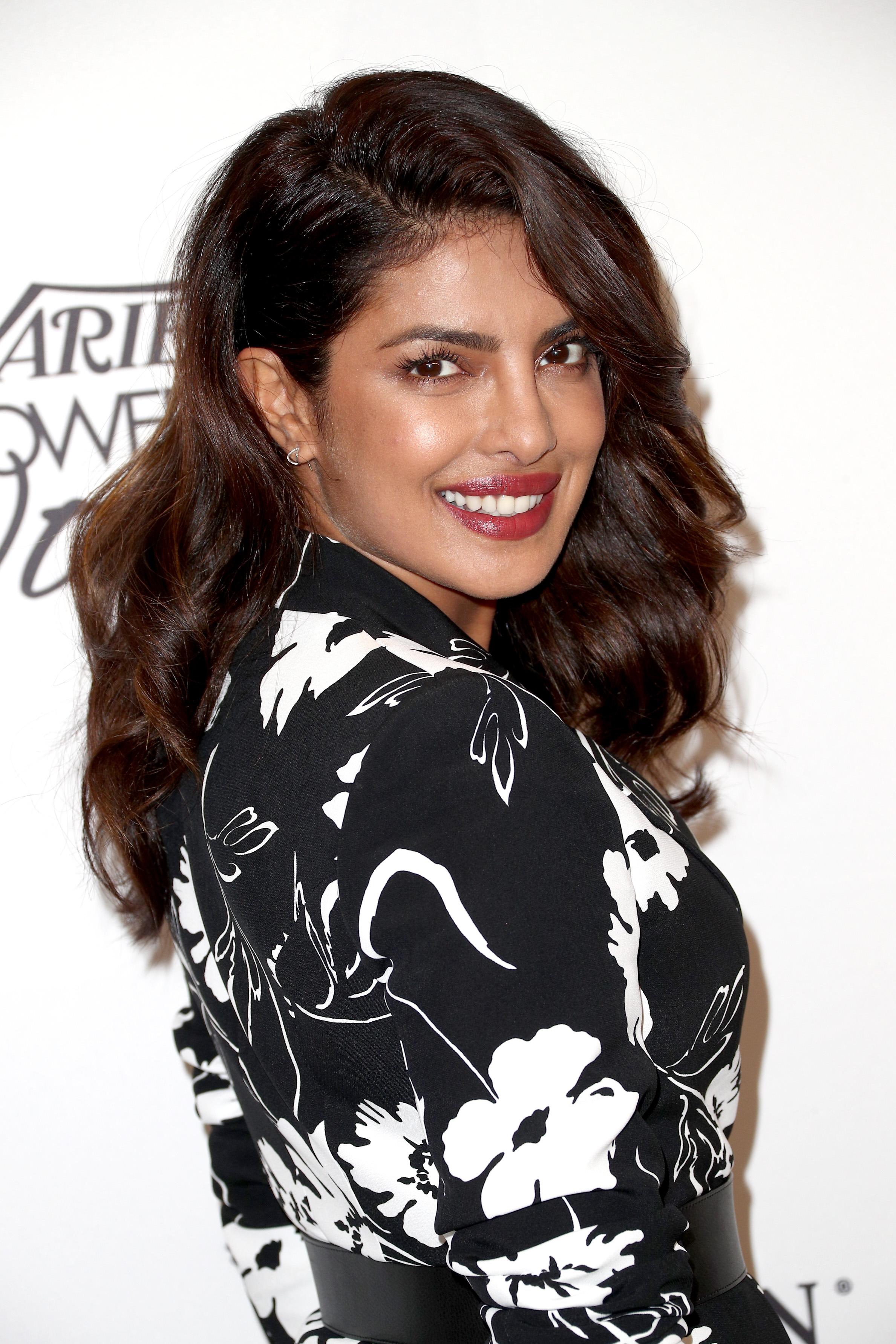 Γιατί η Priyanka Chopra χρησιμοποιεί πινέλο ρουζ στα μαλλιά της!