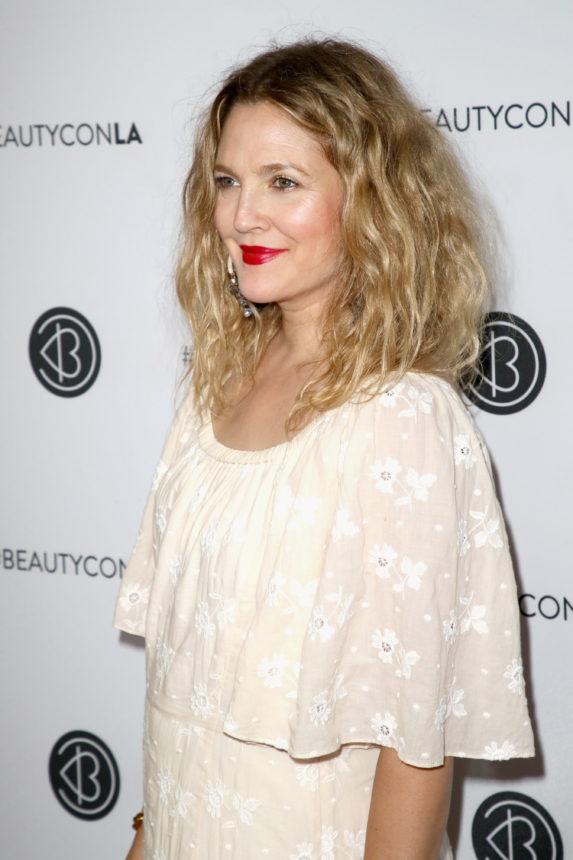 Η Drew Barrymore αποκαλύπτει τι κάνει εκείνη και η κολλητή της, Cameron Diaz, για λαμπερή επιδερμίδα! | tlife.gr