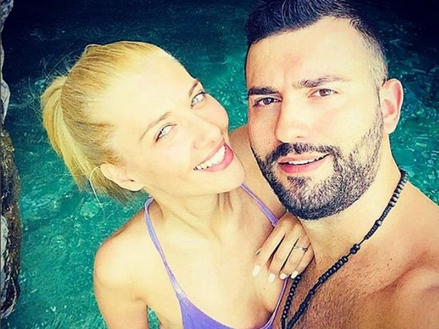 Θοδωρής Μισόκαλος: Τρυφερές στιγμές με το κορίτσι του στην Άνδρο! | tlife.gr