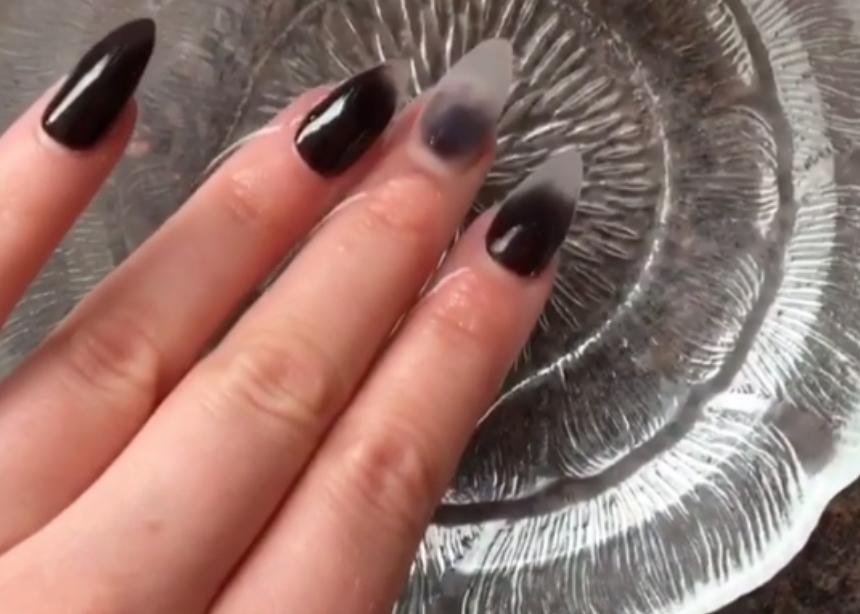 Seriously? Αυτά τα νύχια αλλάζουν χρώμα με το νερό! | tlife.gr