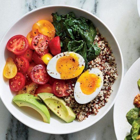 Quinoa bowl με αυγό, αβοκάντο και kale | tlife.gr