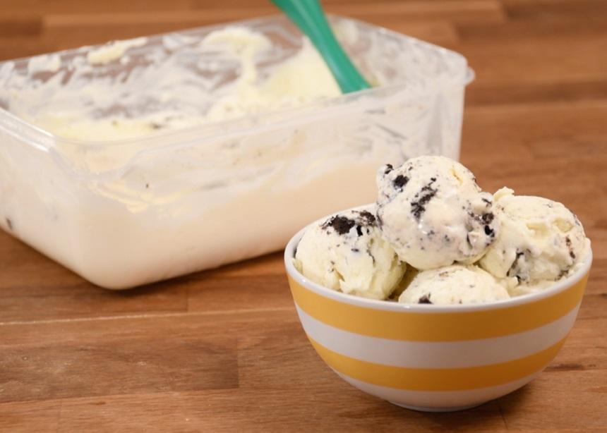 Αυτό το βίντεο θα σου μάθει να φτιάχνεις το πιο λαχταριστό παγωτό με μόλις δύο υλικά