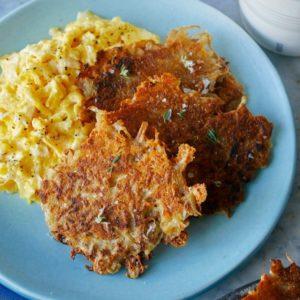 Τηγανίτες με τριμμένη πατάτα και cheddar