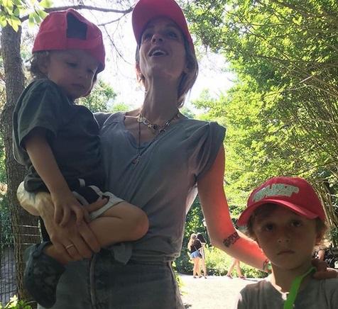 Σοφία Καρβέλα: Για ψώνια με τους γιους της! | tlife.gr