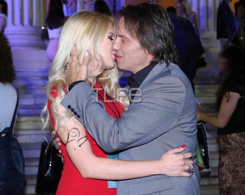 Στράτος Τζώρτζογλου: Πάντα στο πλευρό της αγαπημένης του! Τα καυτά φιλιά τους στο show του Β. Κωστέτσου | tlife.gr