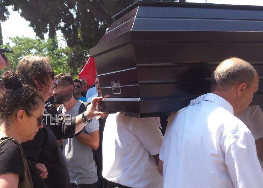Τζέσυ Παπουτσή: Συντετριμμένος ο σύζυγός της στην κηδεία [pics] | tlife.gr