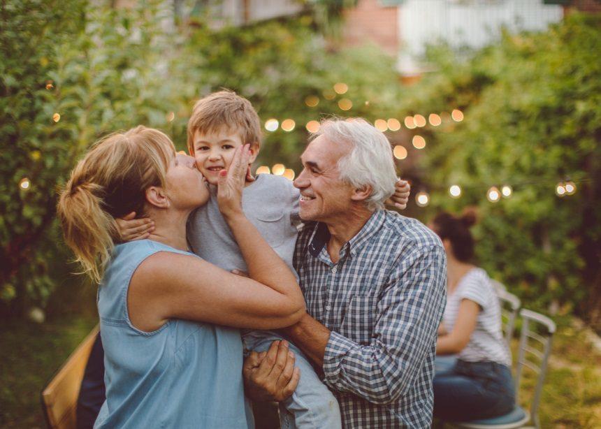 Καλοκαίρι με τη γιαγιά: Τέσσερις τρόποι να γίνουν οι διακοπές με τους παππούδες… παιχνιδάκι | tlife.gr