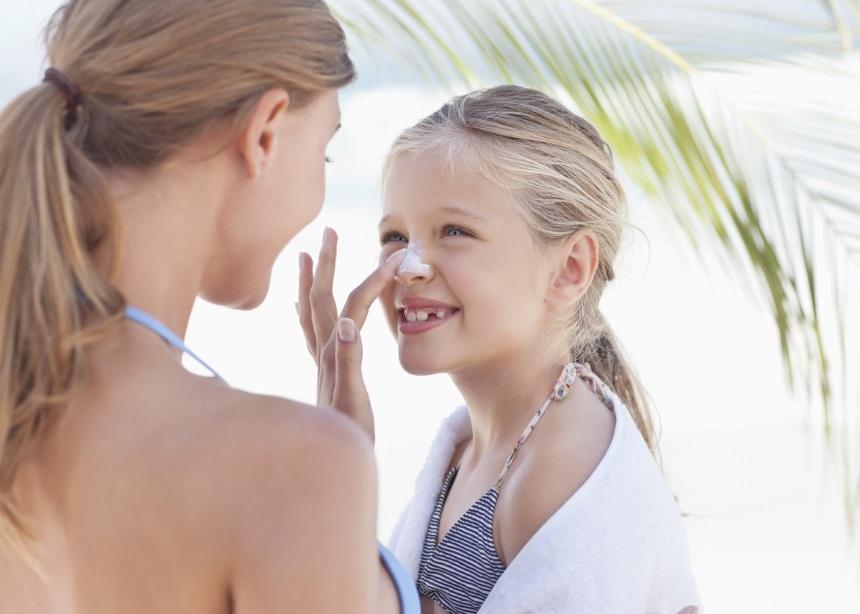 Πόσο απαραίτητο είναι το αντηλιακό για τα παιδιά όταν είναι ντυμένα; | tlife.gr