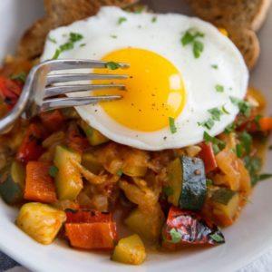 Καλοκαιρινό τουρλού με τηγανητά αυγά
