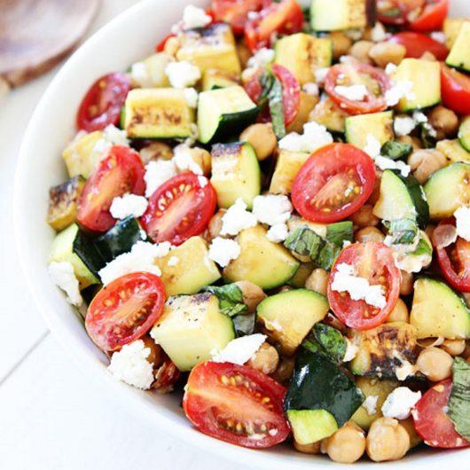 Καλοκαιρινή σαλάτα με ψητά κολοκυθάκια | tlife.gr