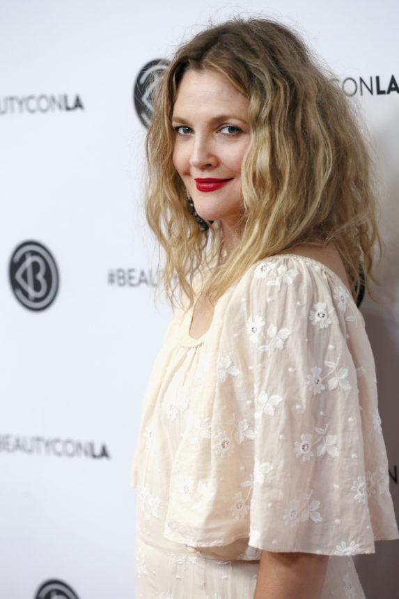 Τι έχει η Drew Barrymore μέσα στην τσάντα της! | tlife.gr