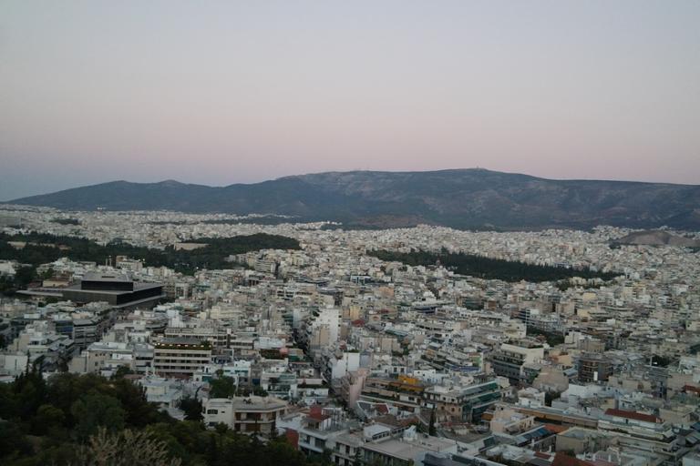 Le Monde: Οι Έλληνες ξεπουλάνε, οι ξένοι αγοράζουν δέκα δέκα τα ακίνητα στο κέντρο της Αθήνας | tlife.gr