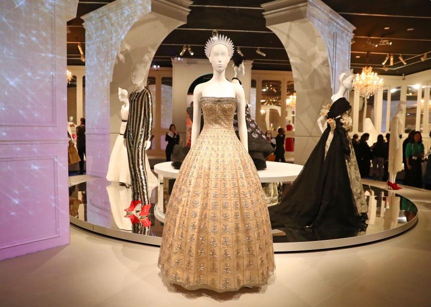 """Dior: From Paris to the World""! Μια εντυπωσιακή έκθεση με όλη την ιστορία του γαλλικού οίκου   tlife.gr"
