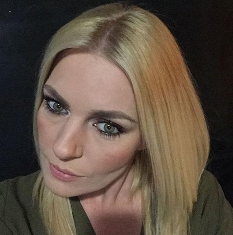 Ελισάβετ Μουτάφη: Μας δείχνει τη σπανακόπιτα που έφτιαξε με τον σύντροφό της, Μάνο Νιφλή! | tlife.gr
