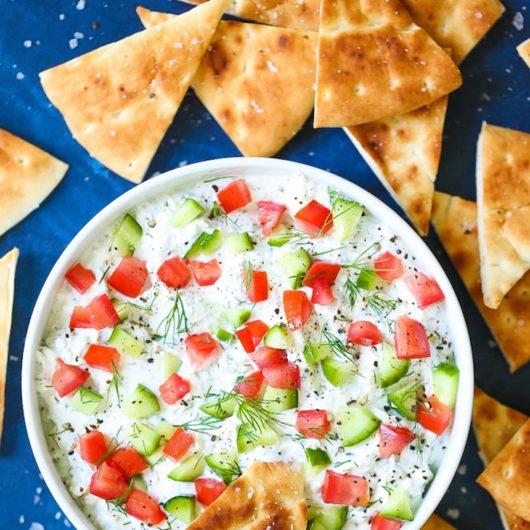 Δροσερό ντιπ φέτας με ντομάτα και αγγουράκι | tlife.gr