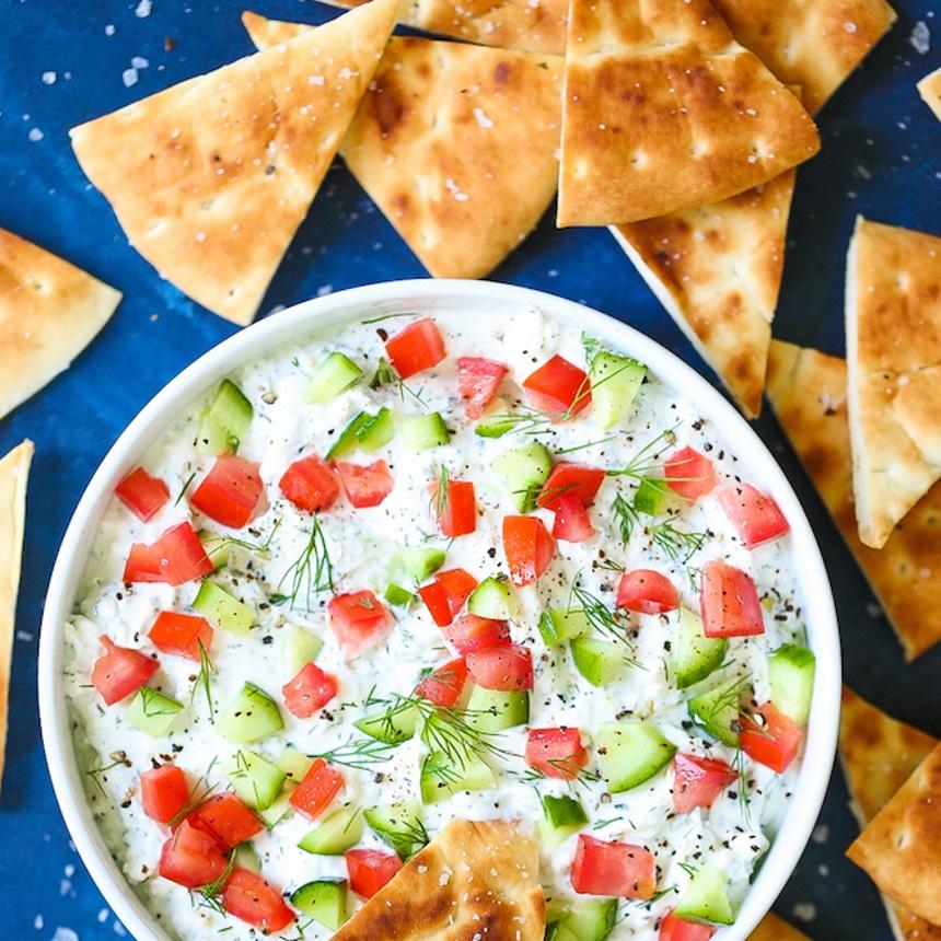 Δροσερό ντιπ φέτας με ντομάτα και αγγουράκι