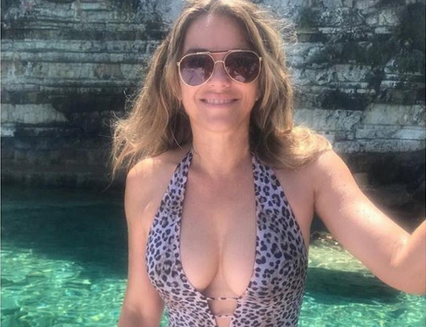 Elizabeth Hurley: Καυτές πόζες με μαγιό στα 53 της χρόνια!