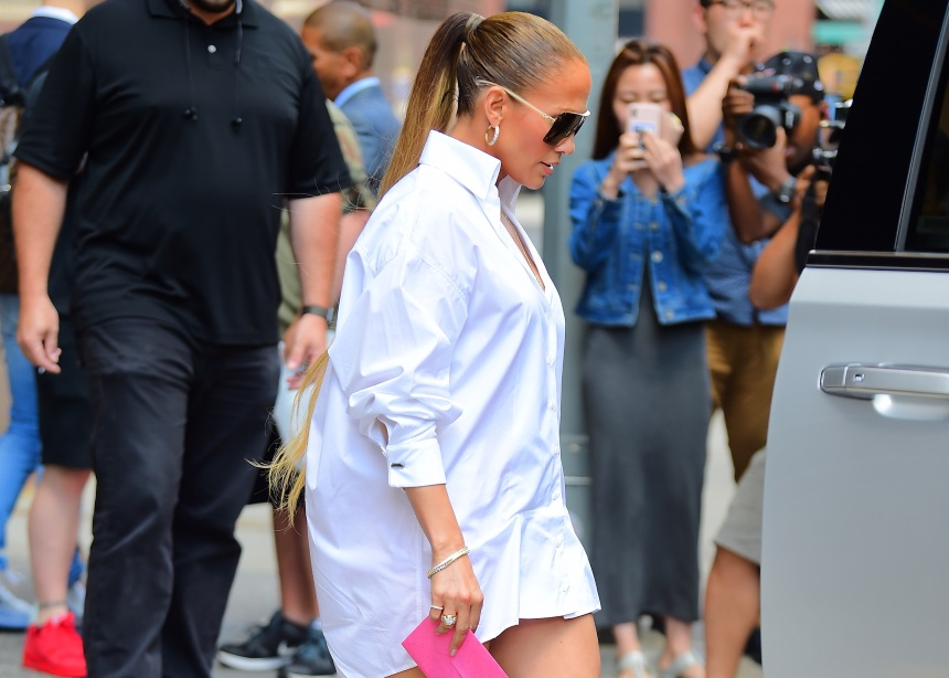 Γιατί όλος ο κόσμος της μόδας ασχολείται με τα παπούτσια της Jennifer Lopez;