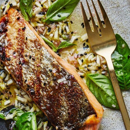 Ψητός σολομός με δροσερή σάλτσα λεμονιού | tlife.gr