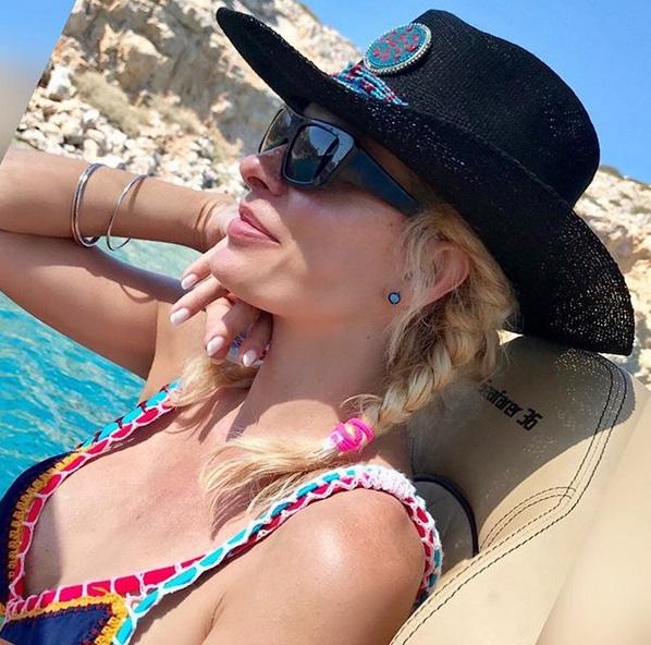 Η Ελένη Μενεγάκη συνεχίζει τις διακοπές της στο Ιόνιο [pic]   tlife.gr