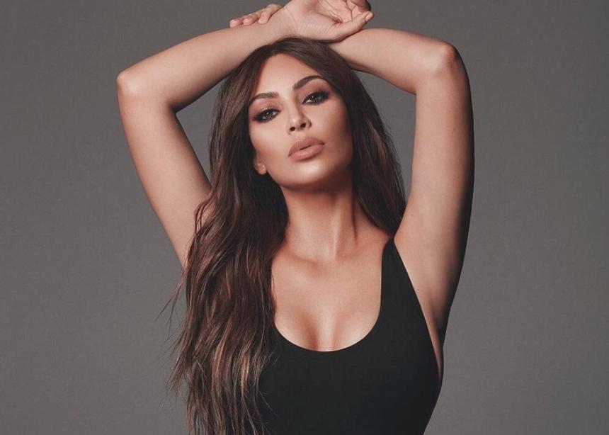 Θυμάσαι την Blake Lively με total neon look; Τώρα και η Kim Kardashian φόρεσε αυτή την τάση