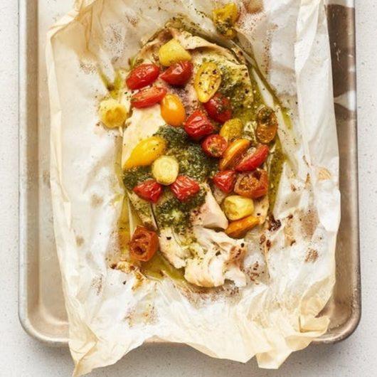 Πέρκα στη λαδόκολλα με ντοματίνια και πέστο | tlife.gr